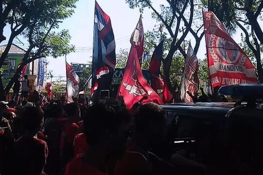 Suporter PSM Makassar Tertancap Anak Panah Saat Keluar Stadion