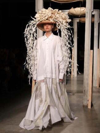 Walaupun Sering Dibilang Aneh, Tapi Fashion Item Ini Menjadi Tren Loh!