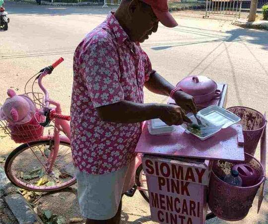 Siomay Pink Mencari Cinta, Bangkrut Karena Tak Punya Istri?