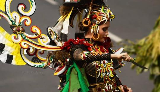 Hudoq, Busana Cinta Laura di Jember Fashion Carnaval yang Menuai Kontroversi!
