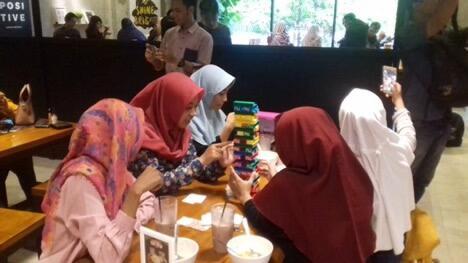 Mungkin Hanya Ada di Indonesia, Hal Unik Pas Lagi di Coffee Shop Kekinian
