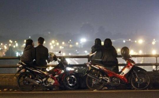 Sepasang Kekasih Asyik Berciuman Di Jembatan, Endingnya Tewas Terjatuh 😭