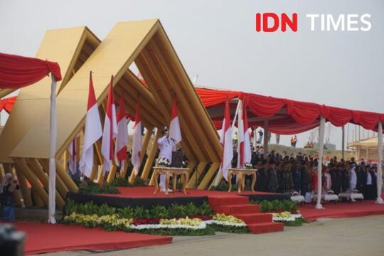 Ratusan PNS DKI Jakarta Duduk-Duduk saat Anies Baswedan Pimpin Upacara