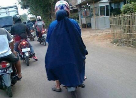 Baju Gamis Tersangkut Gir Motor, Seorang Ibu Jatuh Kemudian Meninggal