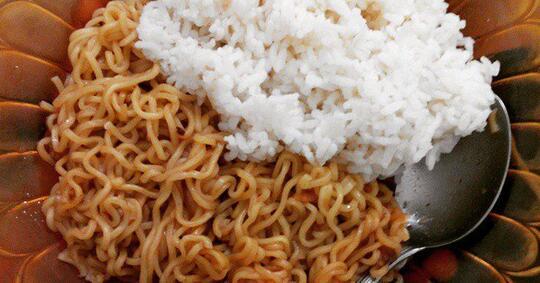 Stop! Jangan Lagi Makan Mie Instan Pakai Nasi