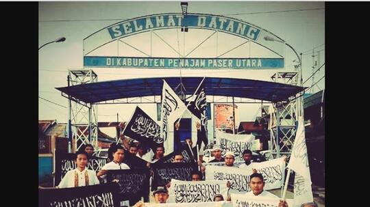 """Viral Warga Bentangkan Bendera Tauhid di Gerbang """"Ibu Kota Baru"""" Kaltim"""