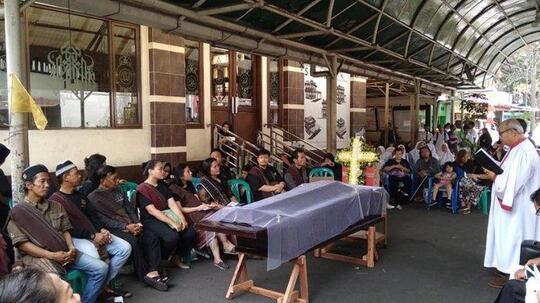 Viral Sebuah Masjid Izinkan Umat Agama Lain Gelar Acara Doa untuk Jenazah di Halaman