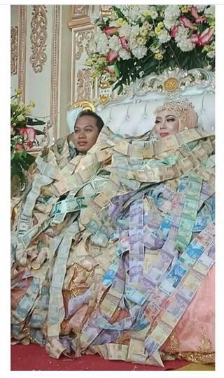 Pernikahan Unik, Keduanya Di Selimuti Dengan Uang, Bagaimana Menurut Kalian?