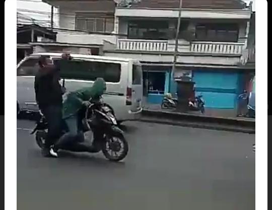 Viral Video Mirip Emak-emak Standing Motor di Depan Polantas! Apa ya Maksutnya?