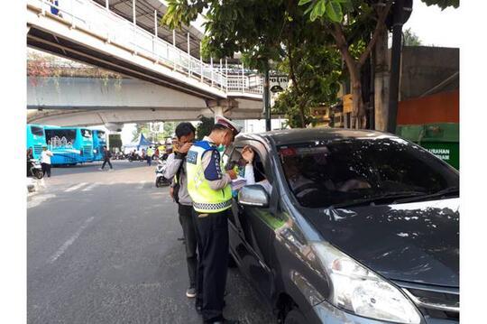 Langgar Ganjil Genap, Tiga Mobil Pelat Genap Ditilang di Matraman