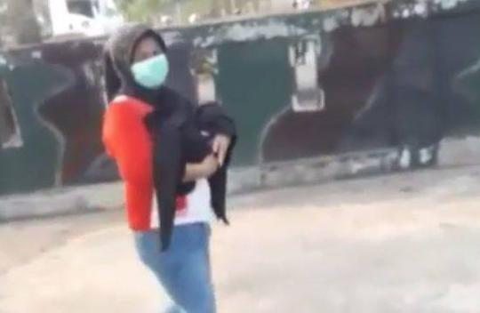 Viral Kisah Polisi Membantu Seorang Ibu yang Jalan Kaki Gendong Jenazah Bayinya