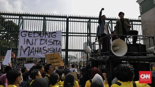 Demo di DPR, Mahasiswa Bentangkan Spanduk 'Gedung Ini Disita'