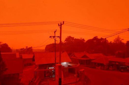 Ngeri! Langit Merah Gelap Gegara Kabut Asap di Muaro Jambi