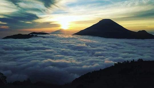 Segala Hal yang Harus Kamu Ketahui Soal Objek Wisata Negeri di Atas Awan Gunung Luhur