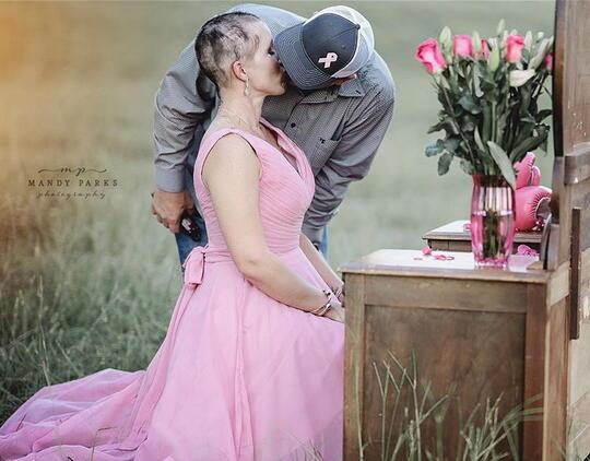 Melihat Momen Mengharukan Seorang Suami Bersama Istrinya yang Mengidap Kanker