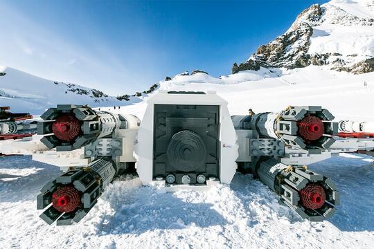 Pesawat X-Wing Star Wars dari LEGO Ini Mendarat di Pegunungan Swiss