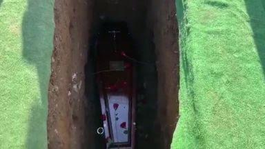 Acara Pemakaman Geger, Suara dari Dalam Kubur: Keluarkan Aku, Di Sini Sangat Gelap!