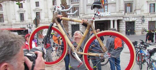 Anjay! Wanita Ini Membuat Sepeda Dari Bambu