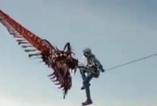 Heboh, Video Seorang Pemuda Terbang dengan Seekor Naga! Benarkah Naga Sungguhan?