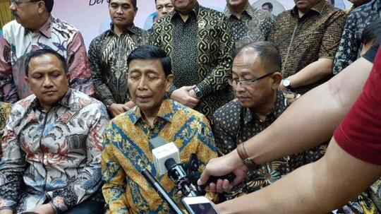 Ususnya Dipotong 40 Cm, Wiranto Tetap Ikut Acara di Kemenkopolhukam Dikawal 2 Dokter
