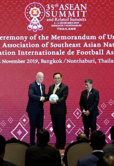 Presiden Indonesia, Jokowi Mendapat Jersey dari FIFA