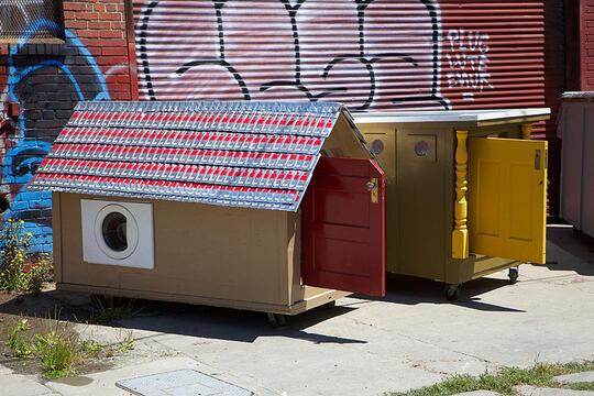 Membuat Tempat Tinggal Unik Untuk Para Tunawisma, Seniman Ini Baik Hati Banget Gan