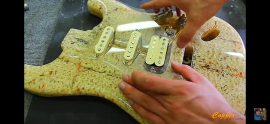 Menakjubkan, Pria Ini Membuat Mie Instan Menjadi Sebuah Gitar Elektrik!