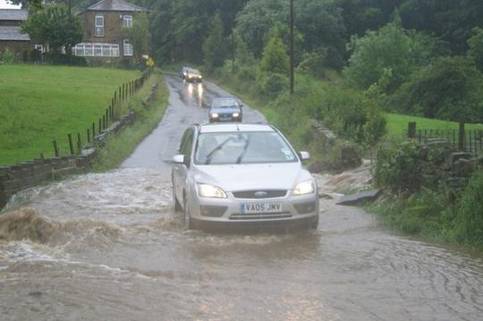 Tips Terobos Banjir yang Aman untuk Mobil Bertransmisi Otomatis