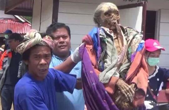 Tradisi Unik Suku Indonesia, Mengubur Jenazah Posisi Duduk - Pengal Kepala Manusia.